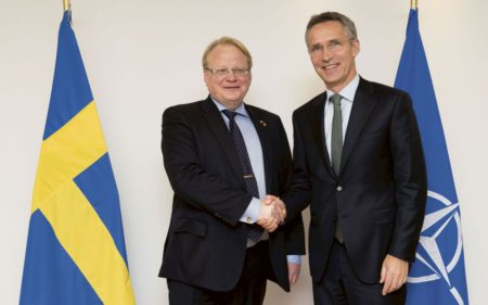 Министр обороны Швеции Петер Хультквист и генеральный секретарь НАТО Йенс Столтенберг.