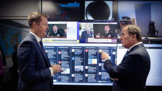 Министр внутренних дел Андерс Игеман рассказывает премьер-министру Стефану Лёвен сколько они потратили денег на «борьбу с российской угрозой»