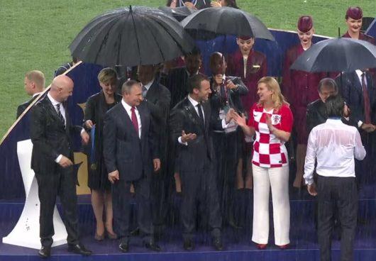 Во время вручения медалей ЧМ-2018 шёл сильный дождь.