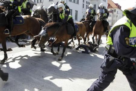 Шведская полиция давила людей лошадьми