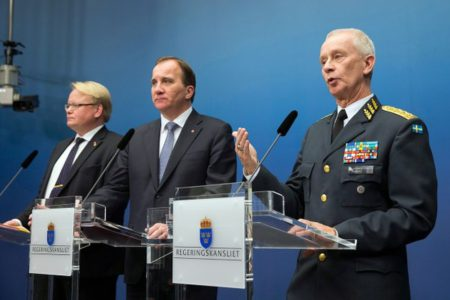 Министр обороны Петер Хультквист, премьер-министр Стефан Лёвен и верховный главнокомандующий ВС Швеции Сверкер Йоранссон рассказывали в ноябре 2014 г., что надо увеличить военный бюджет.
