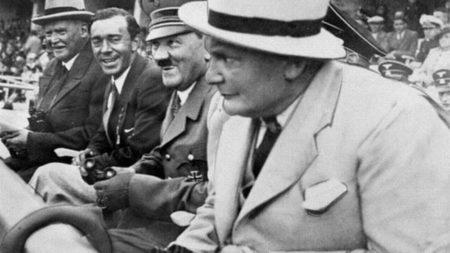 Шведский путешественник и географ Свен Гедин, принц Швеции Густав Адольф, фюрер Германии Адольф Гитлер и президент рейхстага Герман Геринг на открытии XI Летних Олимпийских игр в Берлине в 1936 г.