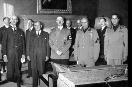 Премьер-министр Великобритании Невилл Чемберлен, премьер-министр Франции Эдуард Даладье, рейхсканцлер Германии Адольф Гитлер и премьер-министр Италии Бенито Муссолини