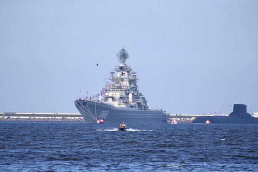 Атомный крейсер «Петр Великий» и атомная подводная лодка ТК-208 «Дмитрий Донской» проекта 941 в акватории Кронштадта, Санкт-Петербург