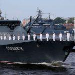 Малый ракетный корабль «Серпухов» и большой десантный корабль «Минск» в акватории реки Невы