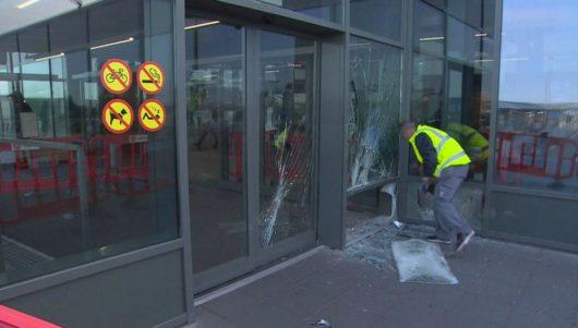Водитель угнанного автомобиля врезался в здание аэропорта в Исландии