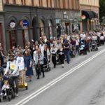 В Швеции несколько тысяч человек протестовали против плохих условий для рождения детей в стране