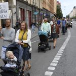 В Стокгольме тысячи человек протестовали против плохих условий для рождения детей в стране
