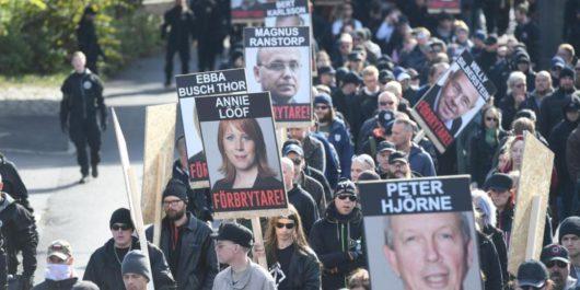 Нацисты NMR несли плакаты с фотографиями шведских журналистов и политиков с надписью: «Преступники!»