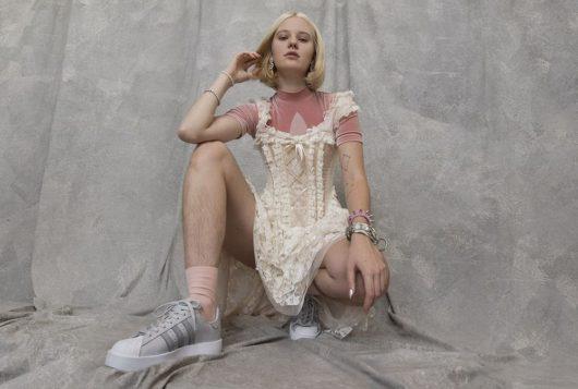 Шведская модель прорекламировала кроссовки небритыми ногами