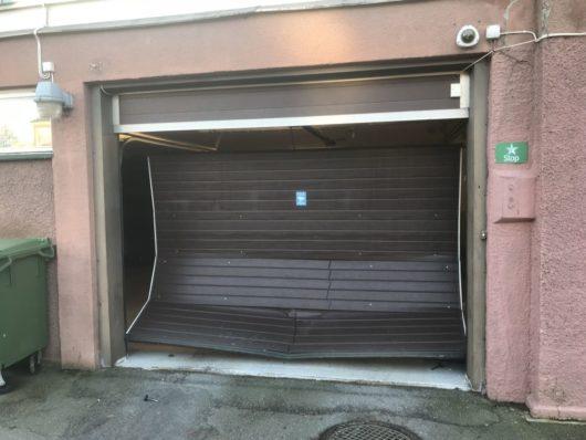 Подданный Швеции на легковом автомобиле протаранив ворота гаража