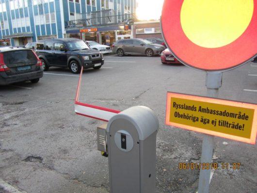 Террорист Карнюшин наехал на главные ворота административного здания торгпредства