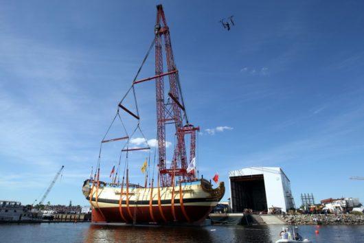 В Петербурге спустили на воду точную копию корабля, построенного при участии Петра I